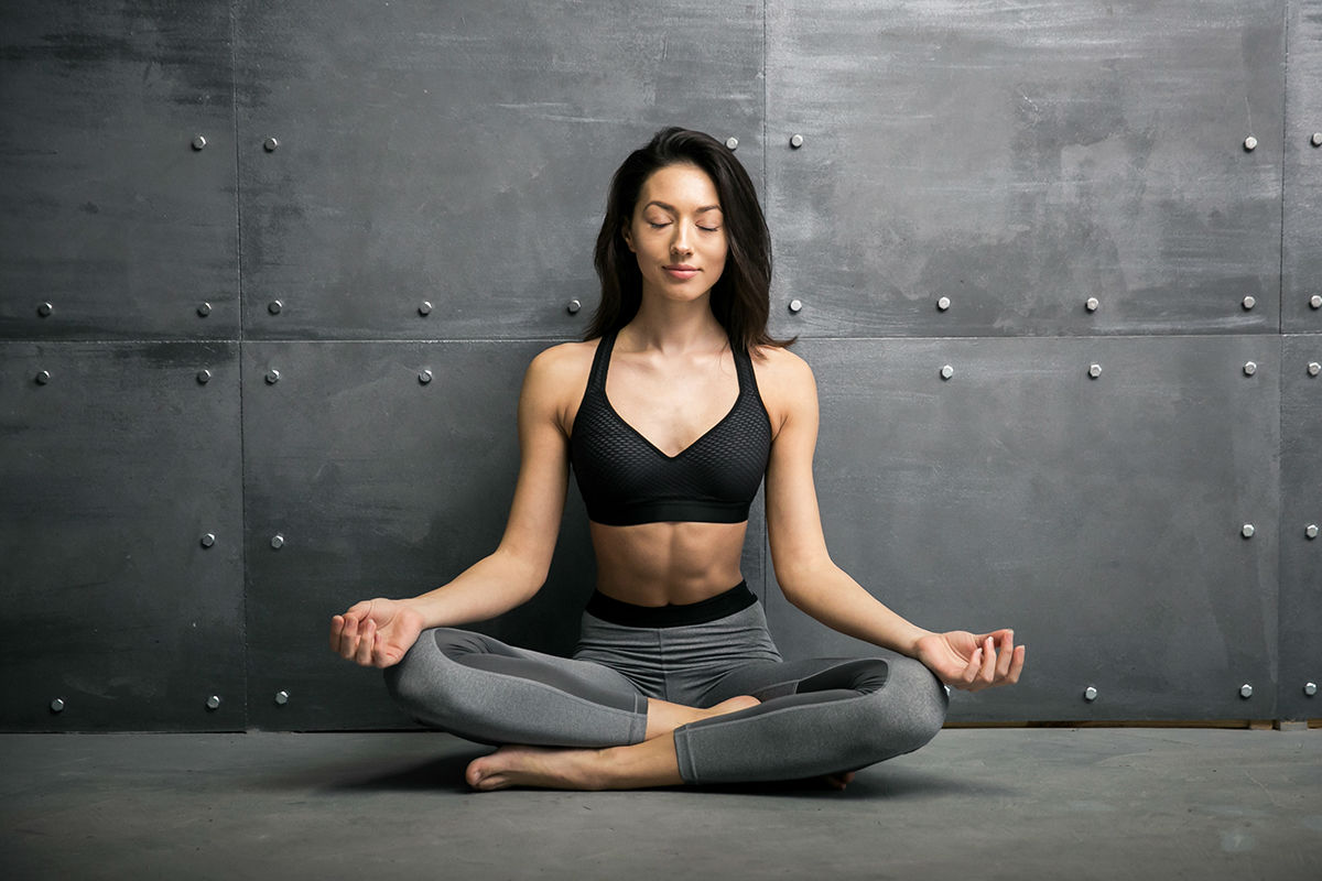 como corrigir a postura com yoga