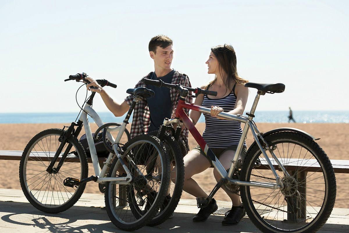homem e mulher com bicicleta