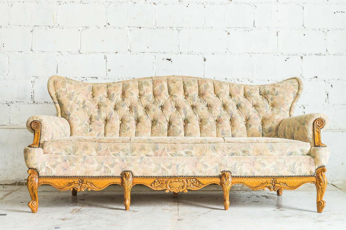 como limpar sofá com metal e madeira