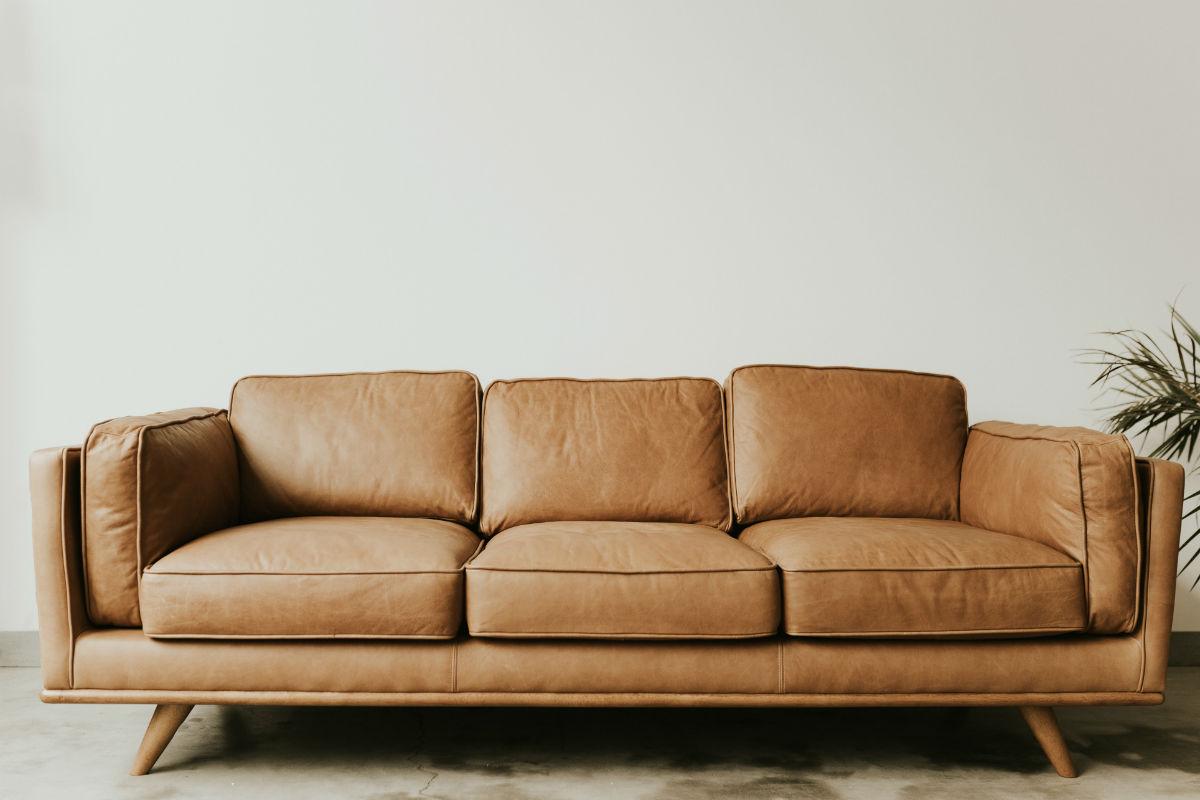 como limpar sofá de couro